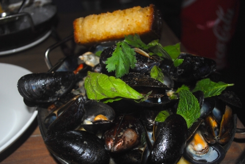 Mussels in coconut curry broth